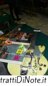 Due vinili e la chitarra di Tony Sheridan, primo cantante dei Beatles