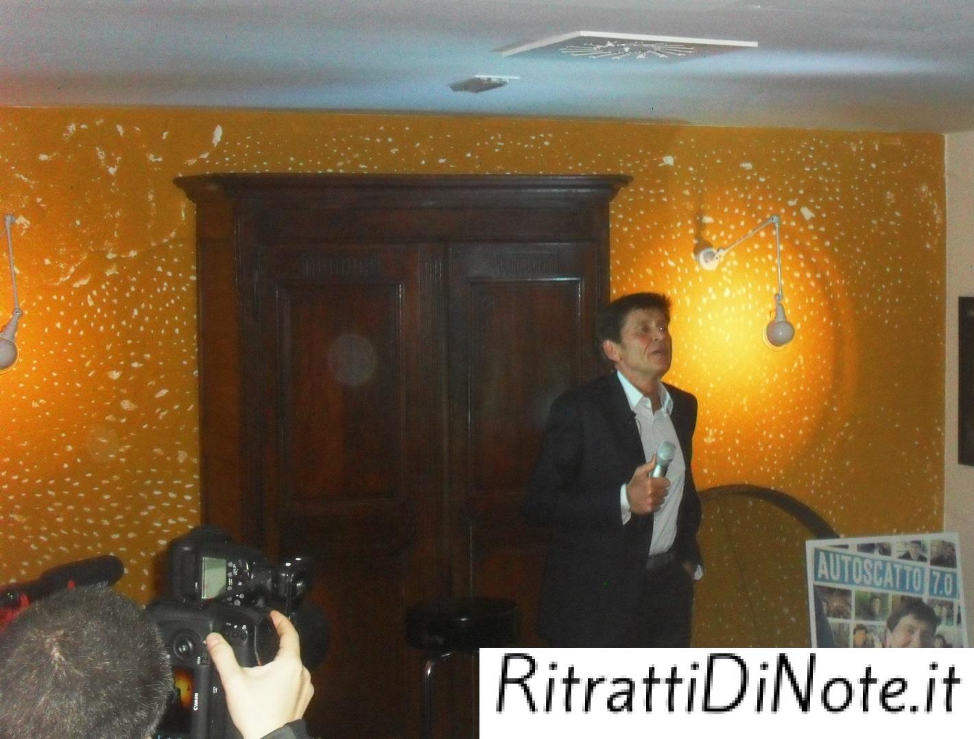 Gianni Morandi durante la conferenza stampa a MIlano