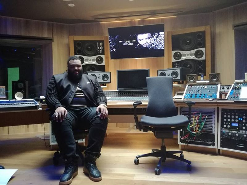 Sergio Sylvestre durante l'ascolto del disco nello studio di registrazione