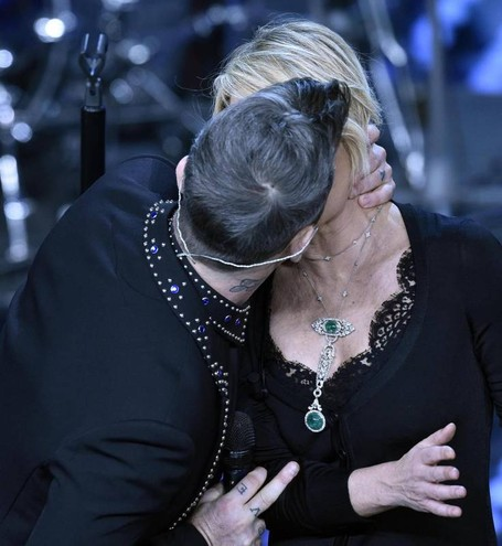 Il bacio tra Robbie Williams e Maria De Filippi